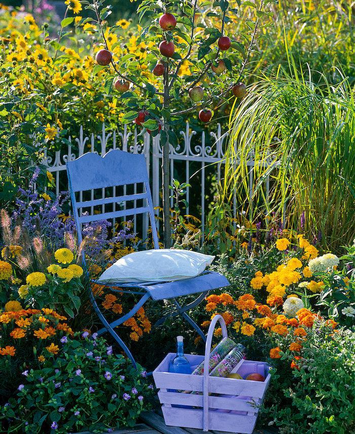 gartenecke mit einem stuhl und orangen und gelben blumen eine gartenecke gestalten ein apfelbaum