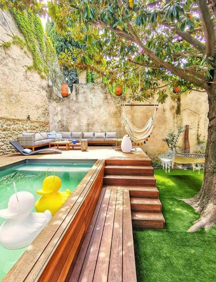 erhöhter pool mit treppen aufblasbare enten spielzeuge hängematte auf einem baum ideen für poolumrandung großer baum