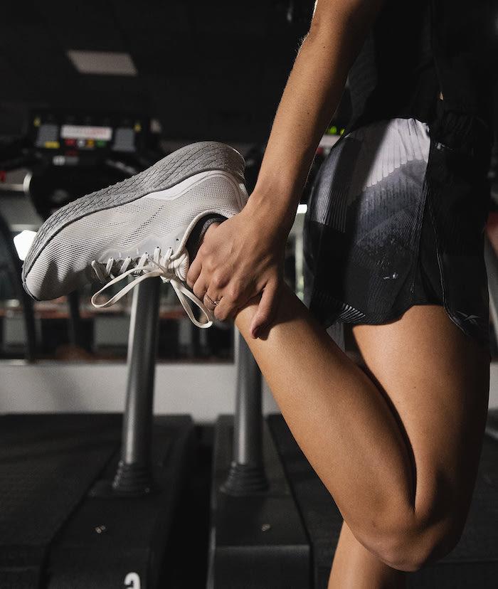 fitness übungen weiße turnschuhe hausmittel gegen beinschmerzen muskelkater bekämpfen gesunheit