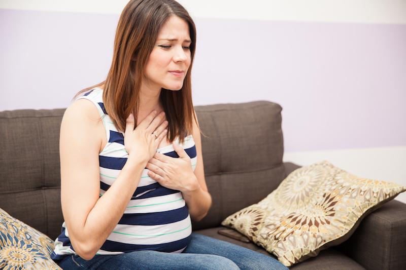 foto schwangere frau wie fühlt sich sodbrennen an heilmittel und tips