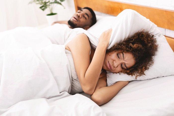 frau kann vom schnarchen ihres mannes nicht schlafen weiße bettwäsche was kann man gegen schnarchen tun
