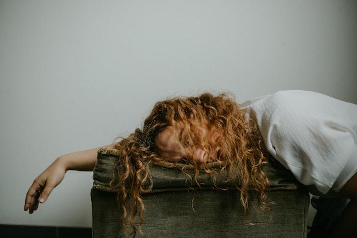 frau mit langen lockigen haaren was kann man gegen schnarchen machen mittel zum selber machen