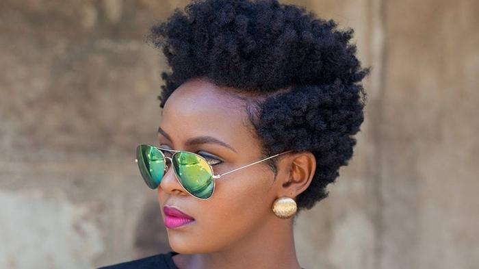 frisuren mit locken lockige haare kurzhaarfrisur afro locken grünne sonnenbrille damenfrisuren beispiele