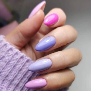 gelnägel farben nägel 2021 sommer ideen gelnägel farben nageldesign sommer 2021 in lila rsa und pink frau mit lila pullover längere nails