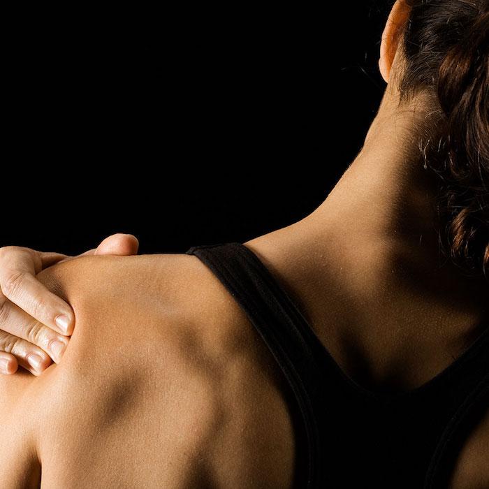 gesundheit sport trotz muskelkater schmerzen im schulter schwarzer sport bh