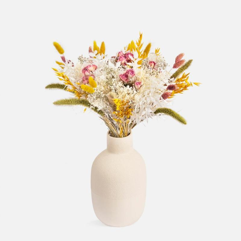 große vase mit trockenblumen