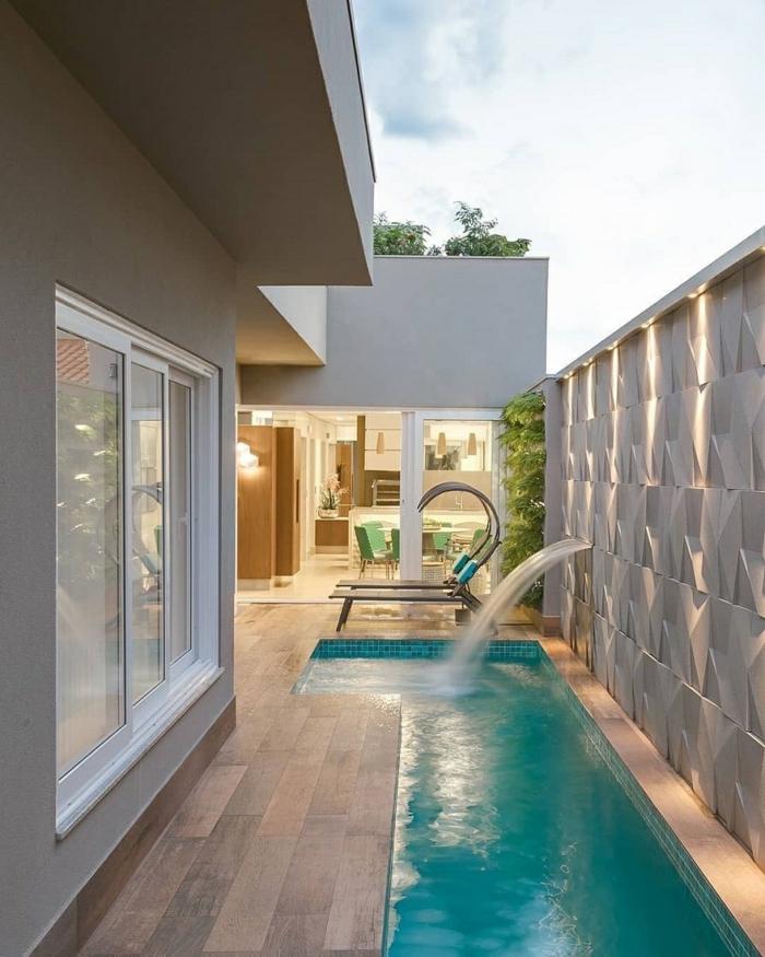 großes haus mit kleinem schwimmbad moderne einrichtung inspiration ideen für poolumrandung zwei chaiselongues