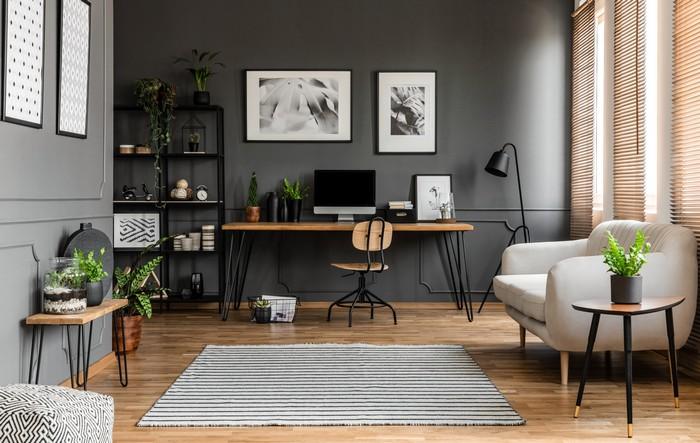 home office ausstatten ideen für büro schreibtisch im wohnzimmer büro zuhause einrichten großes zimmer als home office ausstattung sessel schwarze wand
