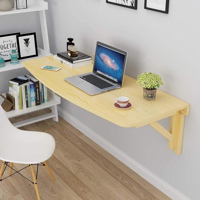 home office ausstattung kleines büro einrichten wandschreibtisch aus hellem holz weißes standregal und stuhl