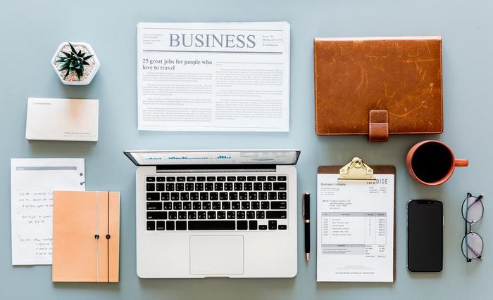 home office einrichten ideen für büro arbeitsplatz einrichten von oben laptop notizbücher zeitschrift brille