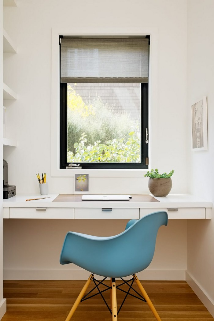 home office einrichten kleines home office ecke einrichten büro gestalten vor dem fenster schreibrisch aufhängen weiß blauer stuhl