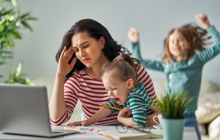 home office ideen arbeitsplatz einrichten büro zuhause einrichten frau arbeitet im home office gestresst mit zwei kindern