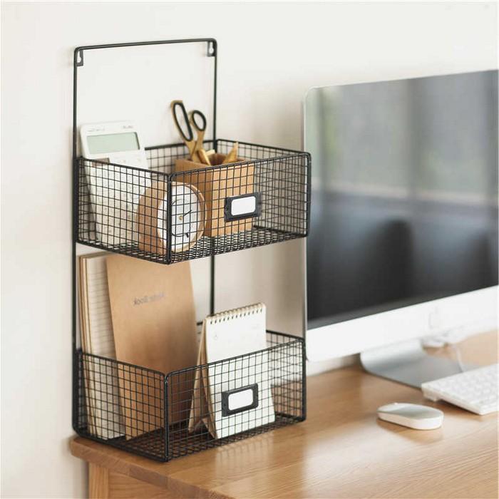 home office ideen kleines büro einrichten schreibtisch home office einrichten dokumentenkorb aus metal schwarz bildschirm auf holztisch