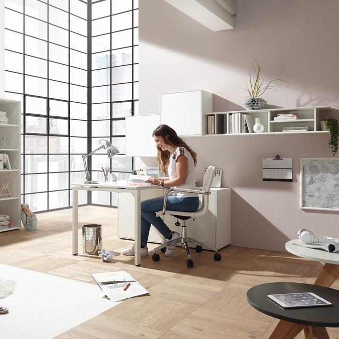 home office ideen schreibtisch wohnzimmer einrichten home office möbel einstellen frau am schreibtisch home office hell french window wand