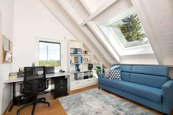 home office möbel büro einrichten ideen dachgeschoss als home office einrichten arbeitsplatz mit blauem sofa großes büro und bücherregalen