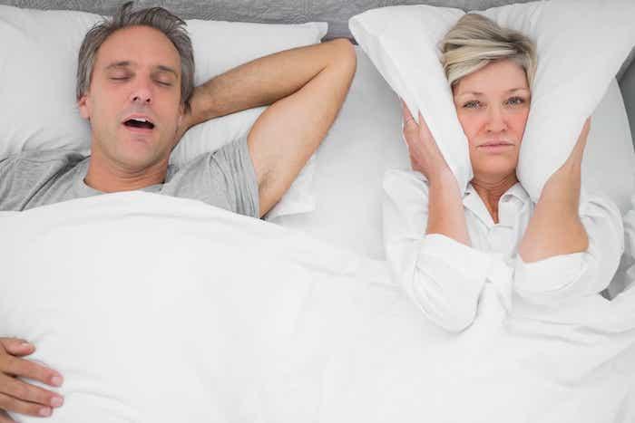 infos was kann man gegen schnarchen machen ehepaar im bett frau kann vom schnarchen ihres mannes nicht schlafen