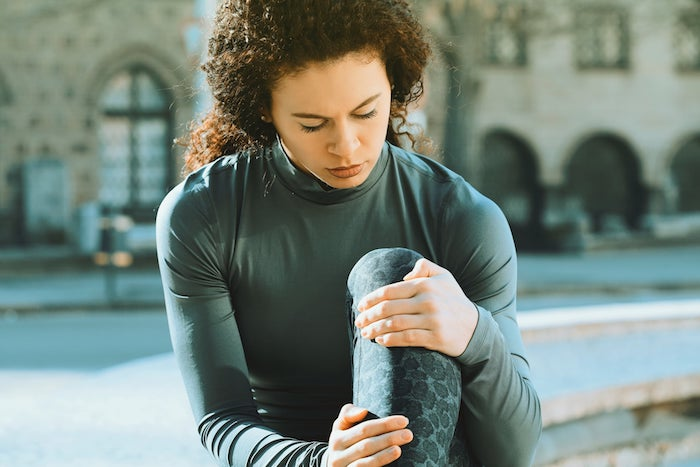 junge frau in sportbekleidung was kann man gegen muskelkater.machen wichtige informationen und ideen gesundheit sport treiben