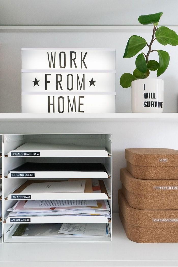 kleines büro einrichten büro ideen home office schreibtisch organisieren regale mit dokumentenablagen blumentopf motivationsbild
