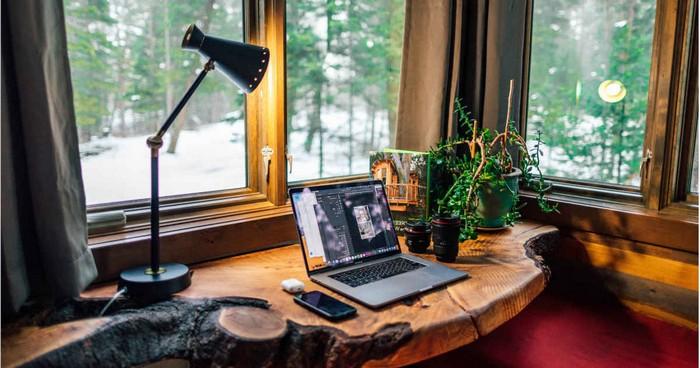 kleines büro einrichten büro ideen zuhause arbeiten büro einrichtungsideen büro gestalten schreibtisch aus massivholz große fenster schnee