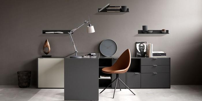 kleines büro einrichten home office möbel kaufen büro einrichten ideen arbeitsplatz einrichten schwarze wände schreibtisch und schrank in grau lederstuhl