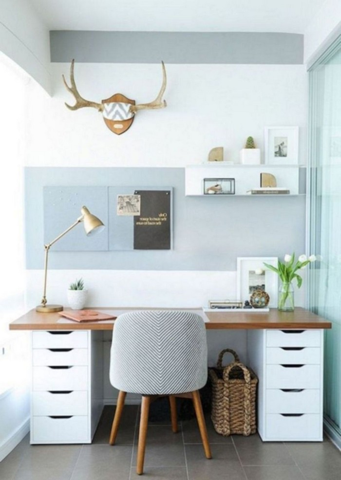 kleines büro einrichten schreibtisch home office organisieren arbeitsraum schaffen kleines büro mit schubladen polsterstuhl in grau