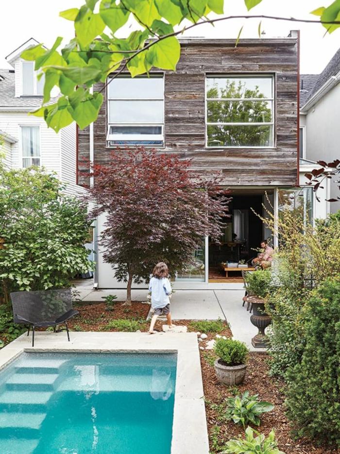 kleines haus mit garten und schwimmbad mit treppen poolgestaltung kreative ideen und inspiration viele grüne pflanzen und bäume