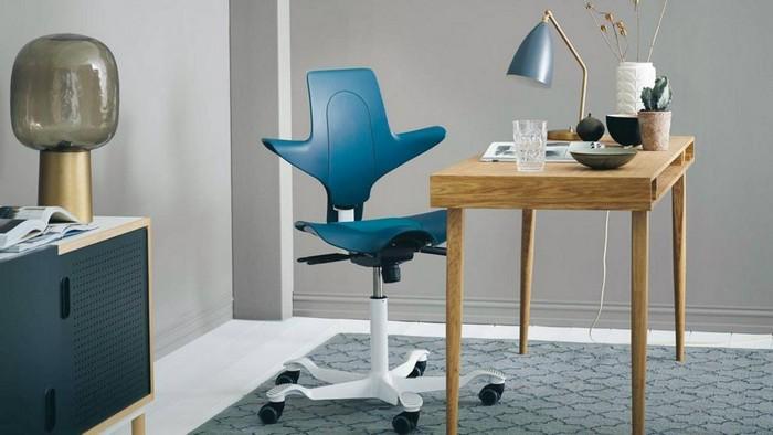 kleines home office einrichten praktisch schreibtisch im wohnzimmer stellen home office ideen büro einrichtungsideen holzschreibtisch klein mit blauem bürostuhl futuristisch
