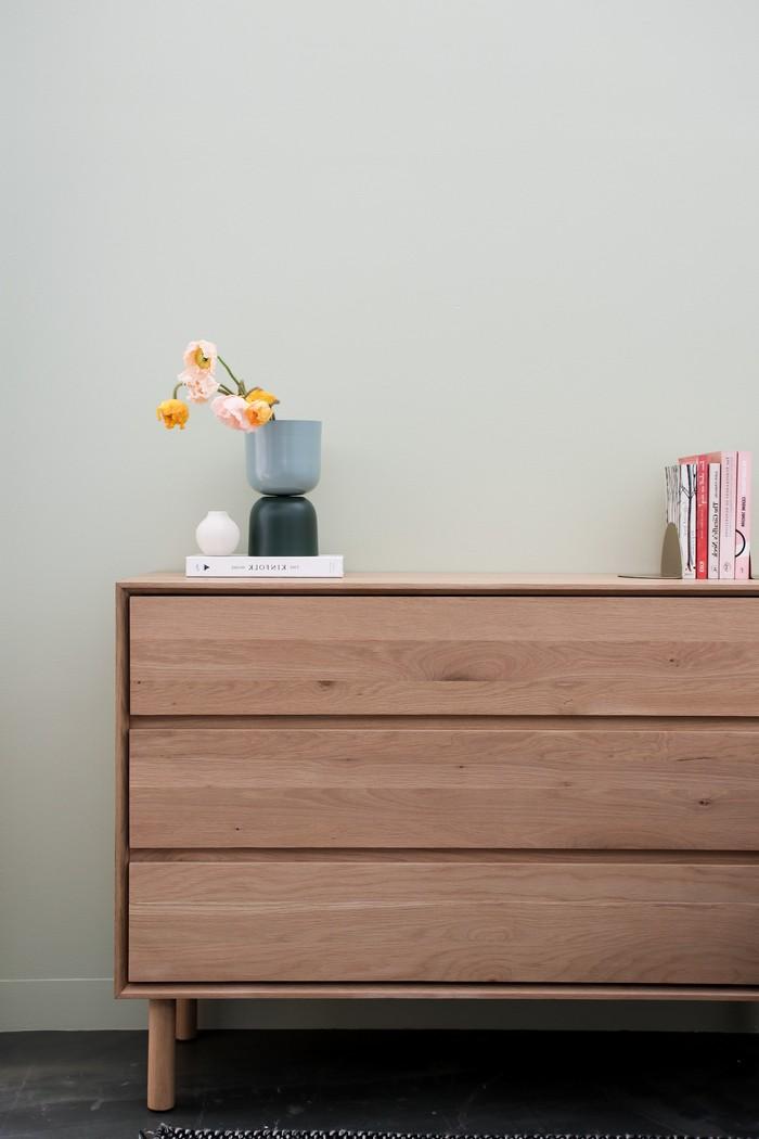 kommode 30 cm tief kommode eiche kleiderkommode mit drei schubladen helles holz kommode schlafzimmer blaue vase und bücher