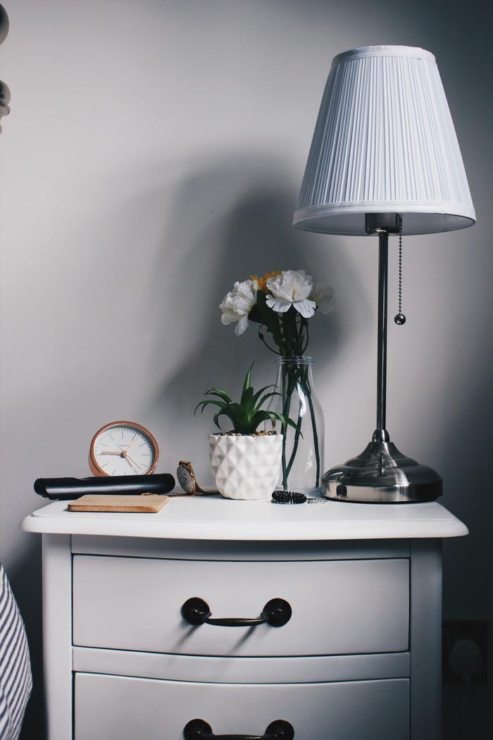 kommode hochglanz weiß kleine kommode mit schubladen kommode schlafzimmer kommode kaufen weiße standlampe wecker deko