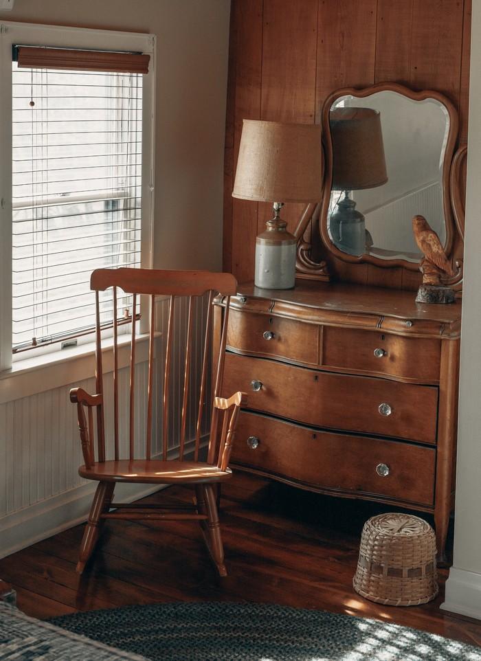 kommode kaufen schlafzimmer kommode kommode mitschubladen aus massivholz retro stil schaukelstuhl aus holz braun stehlampe und spiegel
