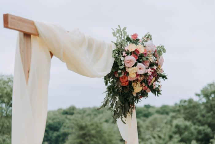 kostenlos hochzeitscheckliste downloaden schöner blumenstraus mit rosen hochzeit planen