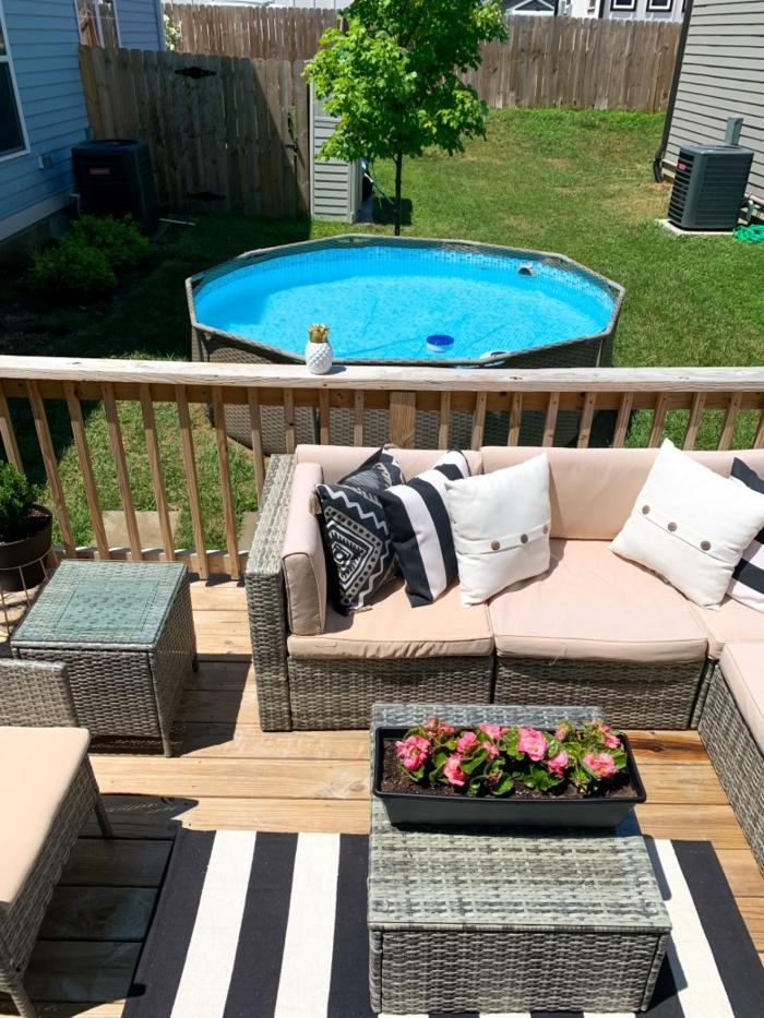 kreative ideen für poolumrandung rundpool terrasse ecksofa für garten schwarz weißer teppich deko kissen