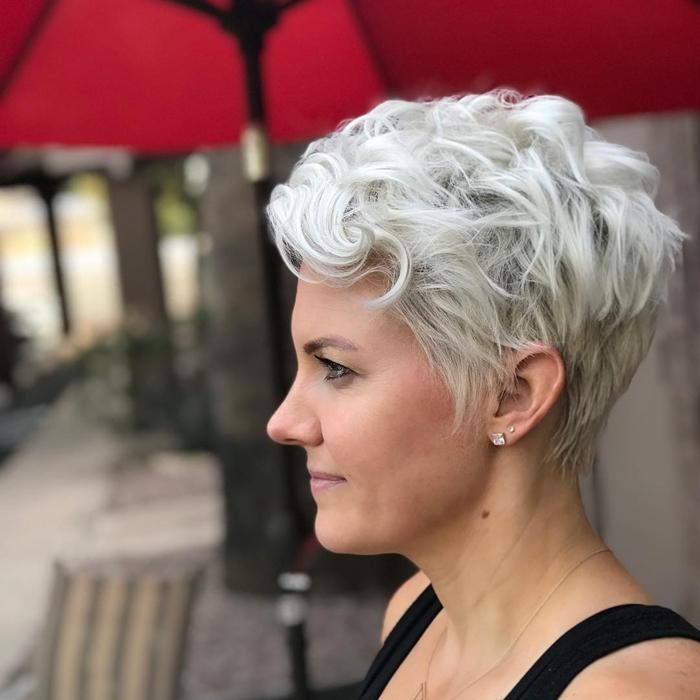 kurze haare locken einfache frisurenideen moderne haarschnitte haarfarbe platinblond