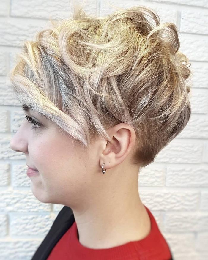 kurze haare locken ideen beispiele blonde haare kurzhaarschnitte für damen pixie
