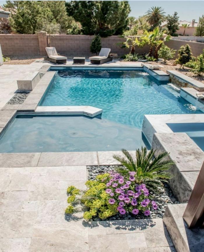luxuriöses haus mit garten und schwimmbad pool gestaltungsideen modern und kreativ chaiselounges zur erholung