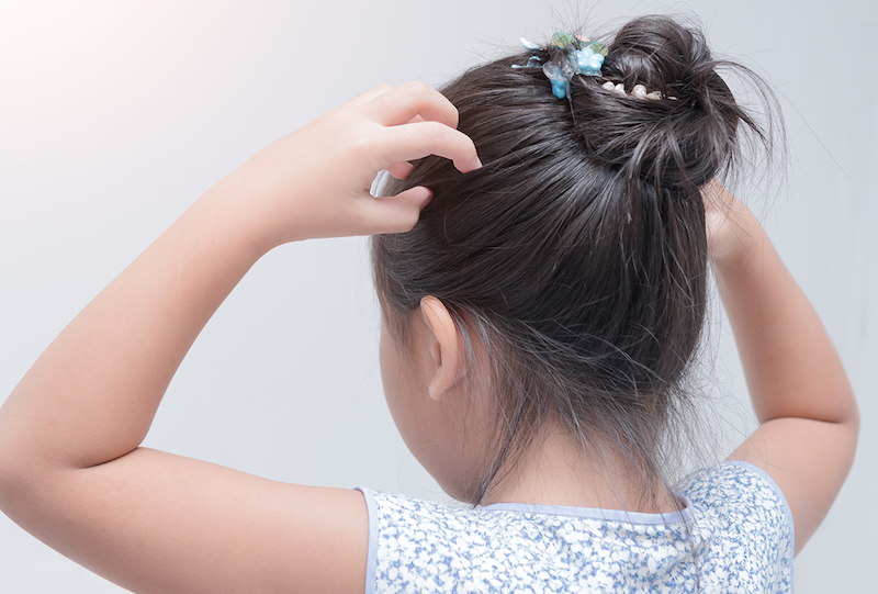 mädchen mit hochgesteckten haaren hausmittel gegen läuse