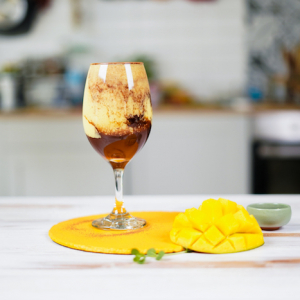 mango milchshake selber machen smoothie mit mango mango bananen rezept fertige milchshake in weinglas eingießen hälfte mango auf tisch
