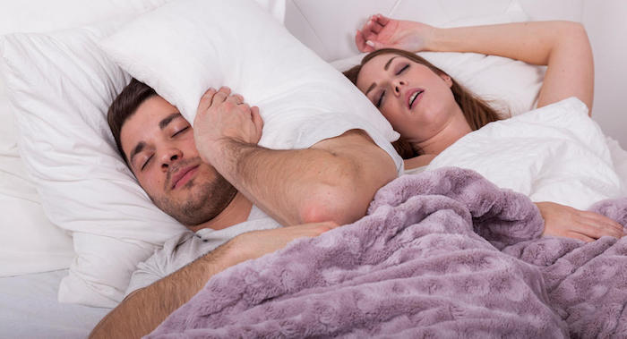 mann kann vom schnarchen seiner frau nicht schlafen lila decke was hilft gegen schnarchen heilmittel diy