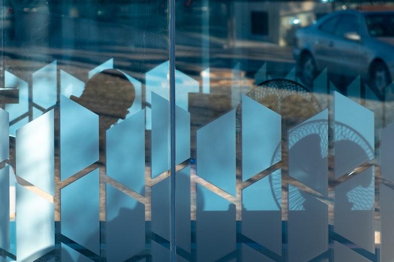 milchglasfolie fenster folie klebefolie sichtschutzfolie mit motiv dekofolie selbstklebend follienmarkt fenster mit milchschutzfolie geometrisch