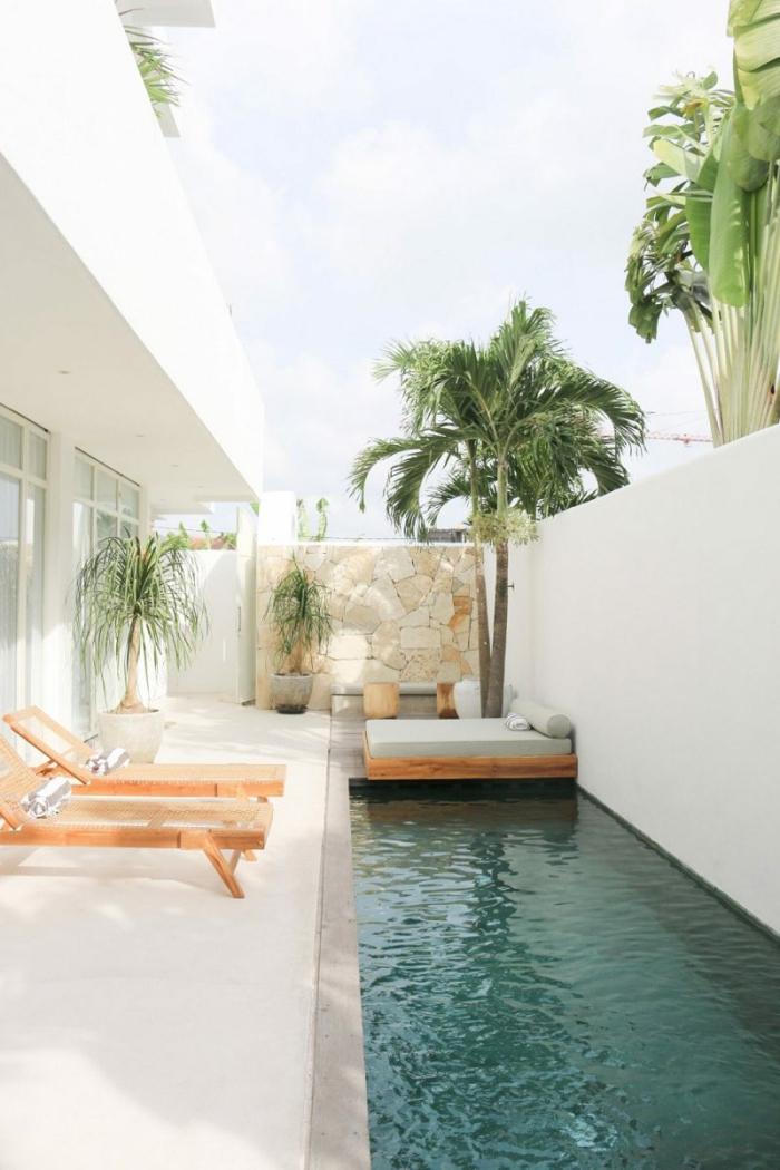 mini pool ideen kleiner garten minimalistische außenausstattung große und kleine palmen zwei chaiselongues aus holz