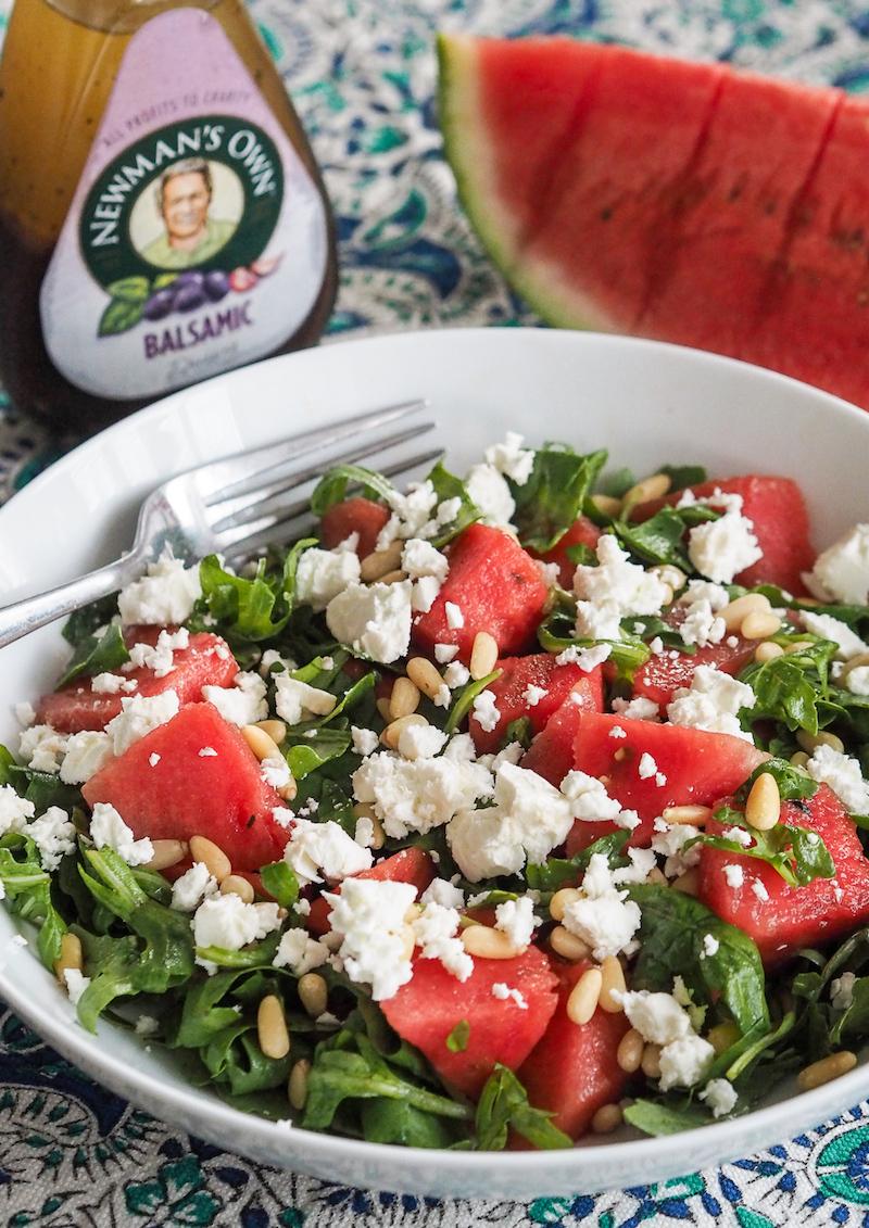 mittagessen zubereiten feta wassermelone salat mit pininekernen