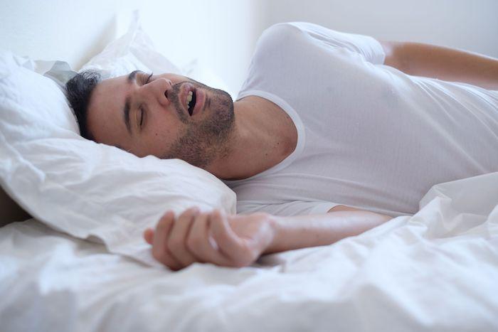 mittel gegen schnarchen mann schläft und schnarcht diy heilmittel weißes t shirt bettwäsch weiß