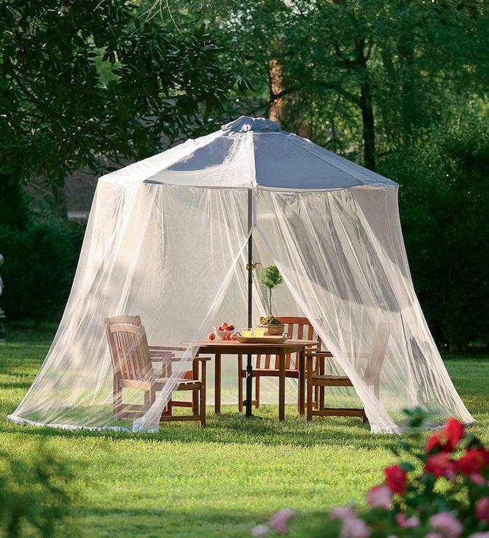 mücken vertreiben die besten tipps und tricks garten gestalten sonnenschirm mit gardinen