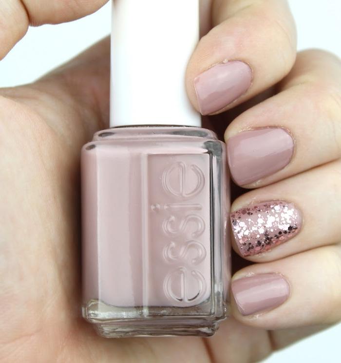 nägel 2021 trend sommer gelnägel farben nail 2021 sommer kurze nägel gelnägel rosa nude rosa nagellack mit glitter hält nagellack essie