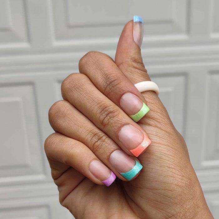 nageldesign sommer 2021 nägel 2021 trend sommer nägel gelnägel french manicure mit bunten farben sommer 2021 kurze nägel