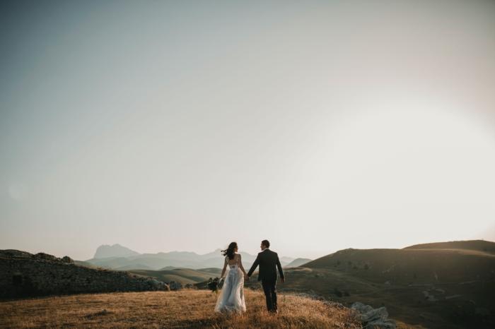 paar heiratet braut im langen weißen kleid hochzeit planen to do liste downloaden