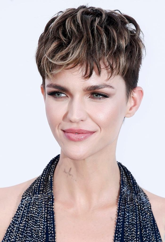 pixie cut kurz moderne haarschnitte kurzhaarfrisur blone strähne praktische damenfrisuren