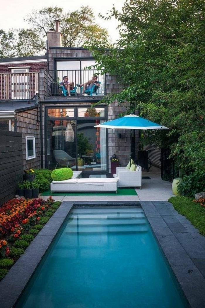 schöne gartenideen kleines haus mit schwimmbad pool gestaltungsideen blauer schirm moderne gartenmöbel zwei personen auf einer terrasse