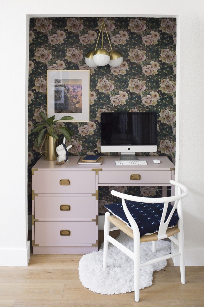 schreibtisch als home office einrichten home office ideen kleines büro gestalten weißer schreibtisch mit schubladen bildschirm wandtapeten mit blumen kleiner teppich
