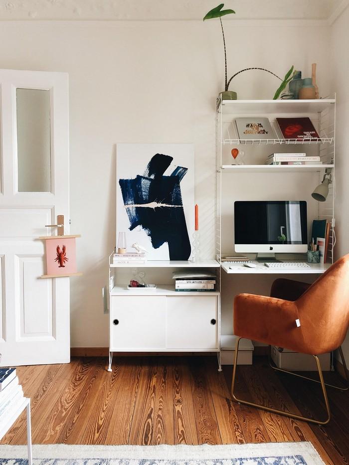 schreibtisch büro einstellen home office im schlafzimmer home office ausstattung büro zuahuse einrichten ecke mit schreibtisch und schrank lederstuhl